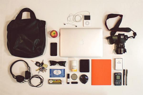 翻开包包给你看:大牌设计师和艺术家每天随身都带着啥?